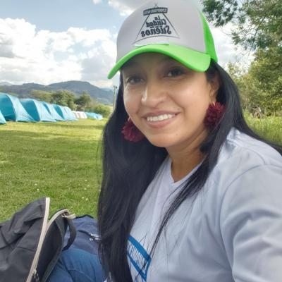 Mi nombre es Andrea Salamanca Espinosa,  soy una maestra enamorada de la enseñanza y el aprendizaje y me encanta vivir, soñar, reir, viajar, jugar y todo lo que sirva para ser mejor cada día. En la imagen estoy en un campamento en Tominé-Colombia..