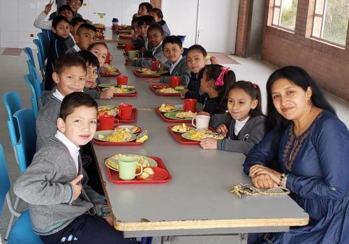 Mi grupo de estudiantes de grado cuarto en la básica primaria con quienes compartimos unas jornadas escolares alimentando nuestras mentes, cuerpos y almas. En la imagen estamos iniciando la jornada escolar compartiendo un desayuno nutritivo.